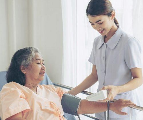Công việc hàng ngày của điều dưỡng viên là ghi kết quả sức khỏe....
