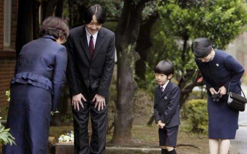 Trẻ con ngay từ nhỏ được dạy dỗ cẩn thận khi cúi chào